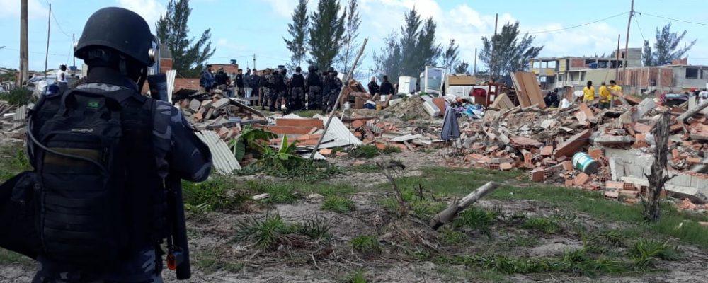 Invasores do Parque Estadual da Costa do Sol são avisados sobre demolições e usam crianças como escudo humano.