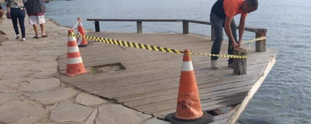 Ressaca atinge enseada de Búzios causando interdição na Orla Bardot; em Cabo Frio, faixa de areia continua comprometida.