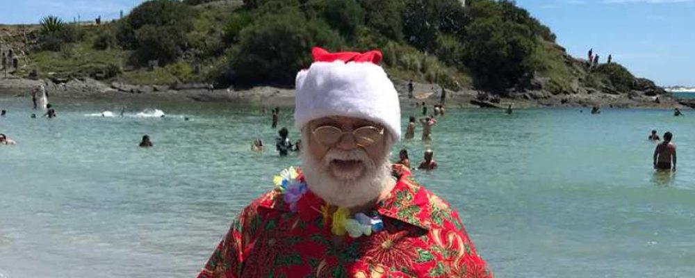 Papai Noel troca trenó e renas por canoa havaiana e jipe em Cabo Frio